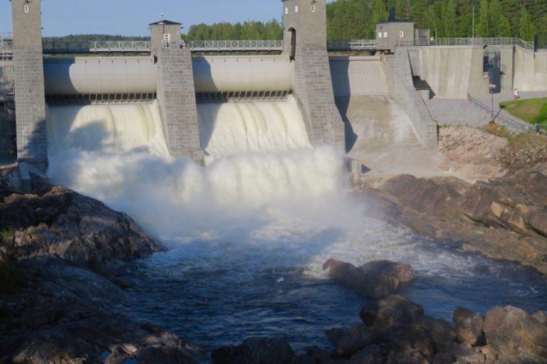 Finland. Imatra. Floden är inte skapat av människan men det är däremot dammluckorna.