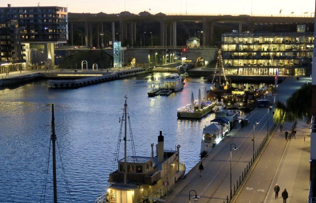 Stockholm. Södermalm. Ännu ett gott försök att få till en bild med zoomkameran.Nu i kvällningen.