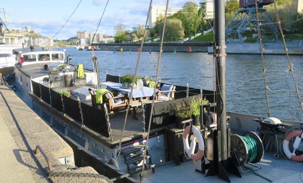 Vattnet, HammStockholm, Södermalm. Hammarby sjö och Hammarbykanalen ligger helt inpå knutarna och här ligger också många husbåtar.