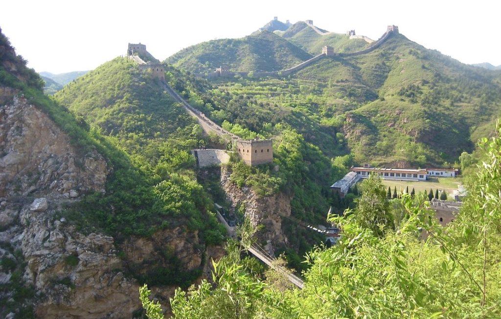 Kina. KInesiska muren, världens största/längsta byggnadsverk är skapat av människan. Inga maskiner ganns att tillgå. Mäktigt.