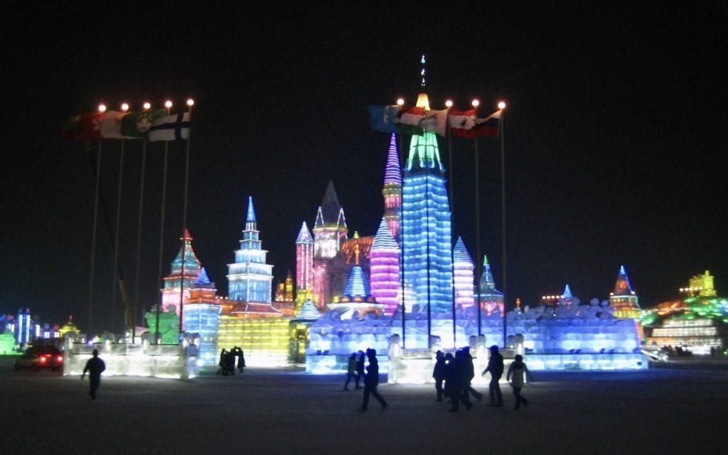 Kina. Harbin. Isfestival. Allt som finns inom festivalområdet är skapat av människan. Av många människor.