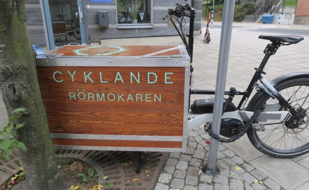 Stockholm. Södermalm. En cyklande rörmokare. Att cykla är också ett bra sätt att hålla sig i gång.