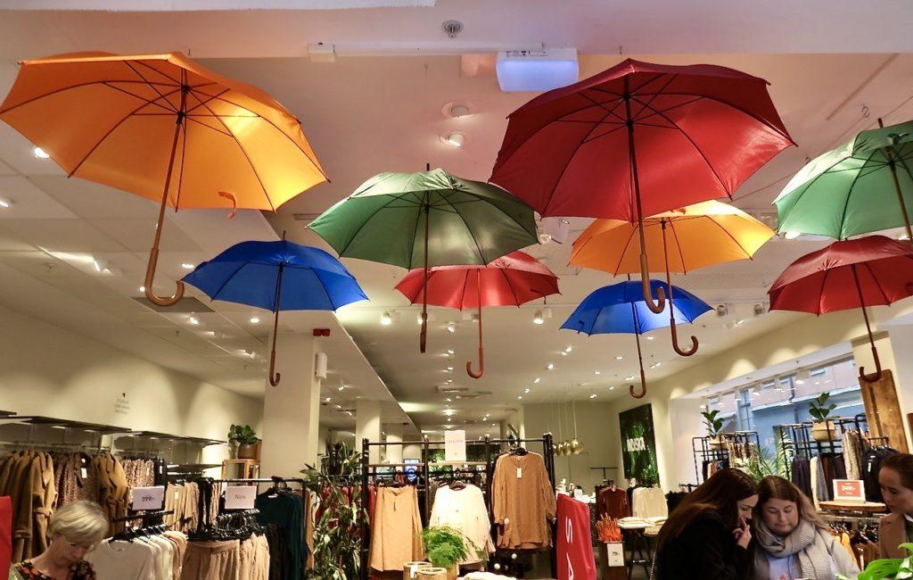 Stockholm. Indiska Drottninggatan. The Umbrella project. Kanske inköp av ett nytt färgglatt paraply för att möta ev. regn i oktober.