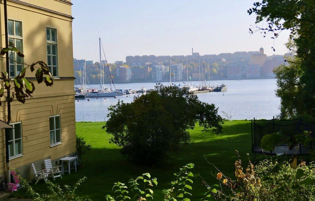 """Stockholm. Djurgårdsstaden. Jag lämnade den och fortsatte österut mot Waldemarsudde och John Bauer utställningen- """"Trollbunden""""."""