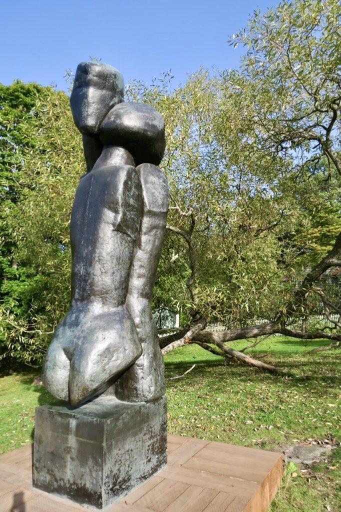 """Några hundra meter från själva byggnaden Waldemarsudde finns denna skulptur,""""Paret"""" skapad av konstnären Liss Eriksson"""