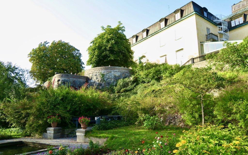 Stockholm . Djurgården. Södra delen av slottet Waldemarsudde. Vackra odlingar både i rabatter och mer fritt.