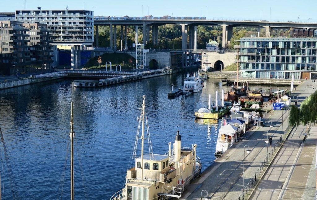 Stockholm. Södermalm. Norra Hammarbyhamnen. Söndag morgon och inte mycket är ännu i gång-