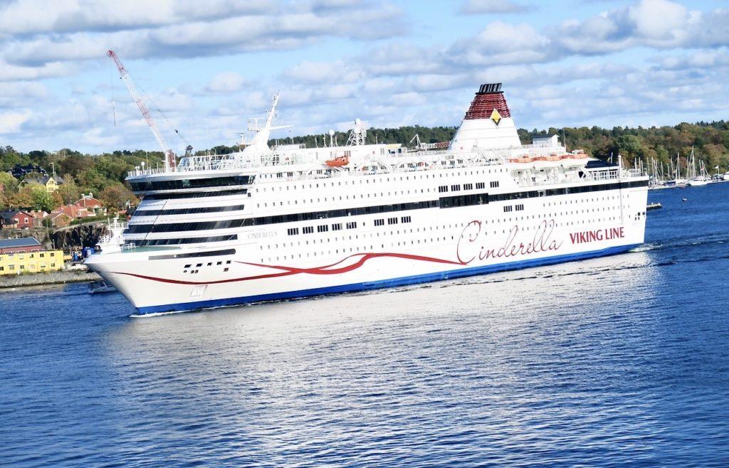 Stockholm. Södermalm. Vikinglinjene fartyg glider in mot kajen och vi vet att allt ombord är av och anpassat för rådande tider. Allt för att det ska bli en lyckad kryssning.
