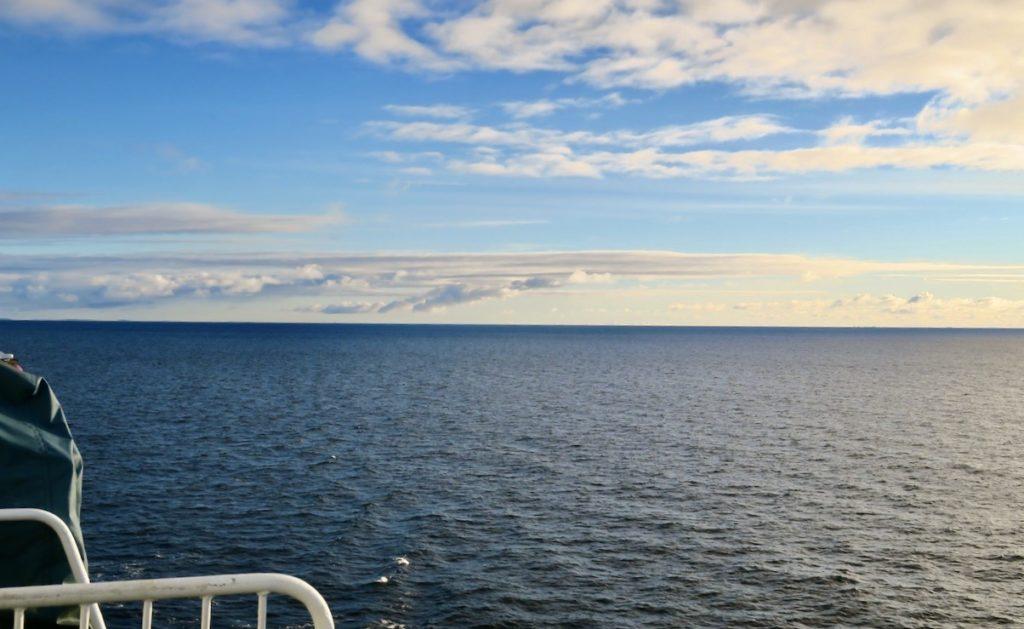 Ålands hav. Vikinglinjens Cinderella. Fortfarande ingen höstskärgård synlig.