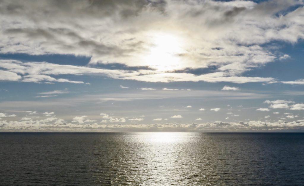 Ålands hav. Vikinglinjens Conderella. Ännu inte någon höstskärgård inom synhåll.