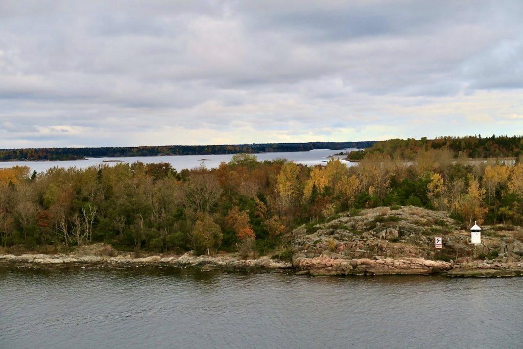 Vikinglinjens Cinderella. Utsikt från däck 11 ut mot en vacker höstskärgård utanför Kapellskär i Roslagen.