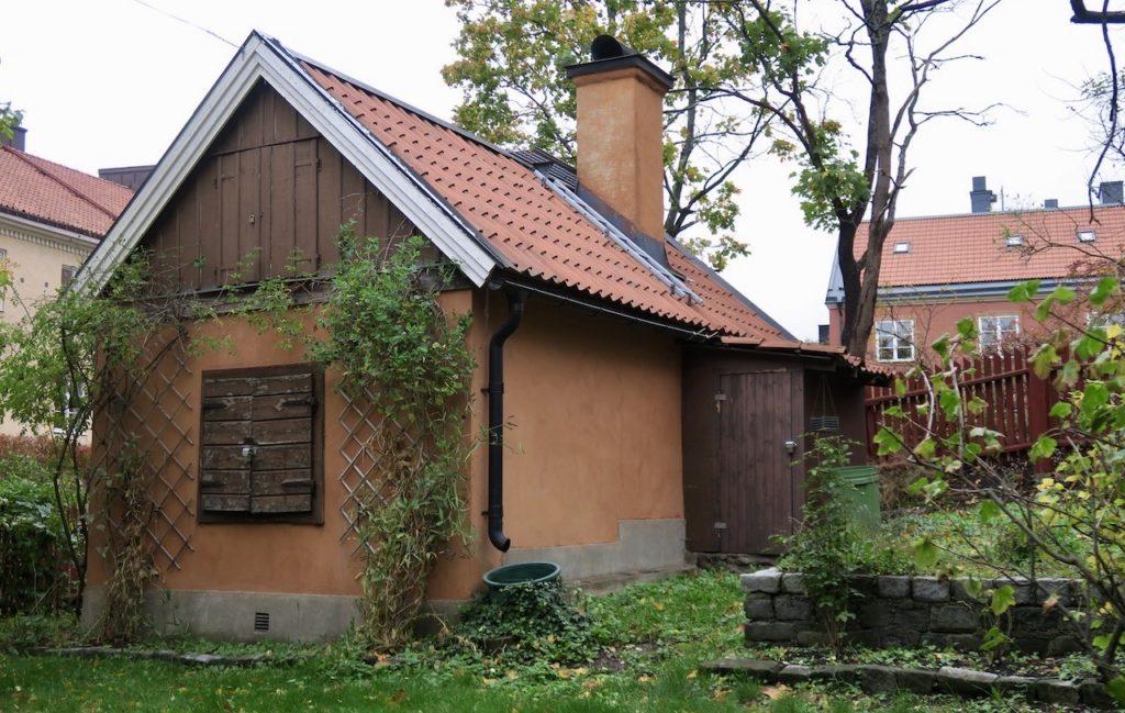 Stockholm. Södermalm. Helgalunden. I området runt Allhellgonakyrkan finns en av de gamla stugorna bevarad.