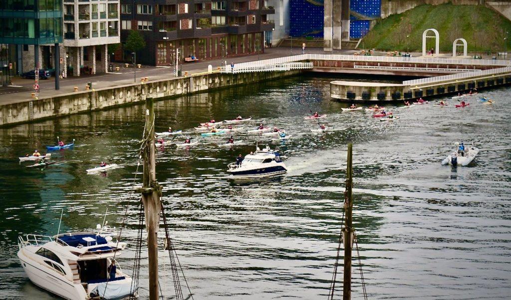Stockholm. Södermalm. Utsikten genom fönstren varierar en hel del- Både helheter och detaljer framträder i Hammarbykanalen