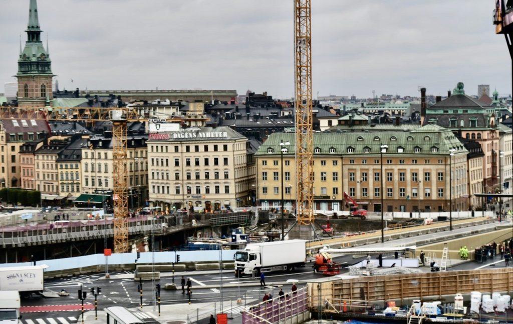 Stockholm. Södermalm. Slussenområdet är trots invigning av guldbron en rejäl byggarbetsplats.