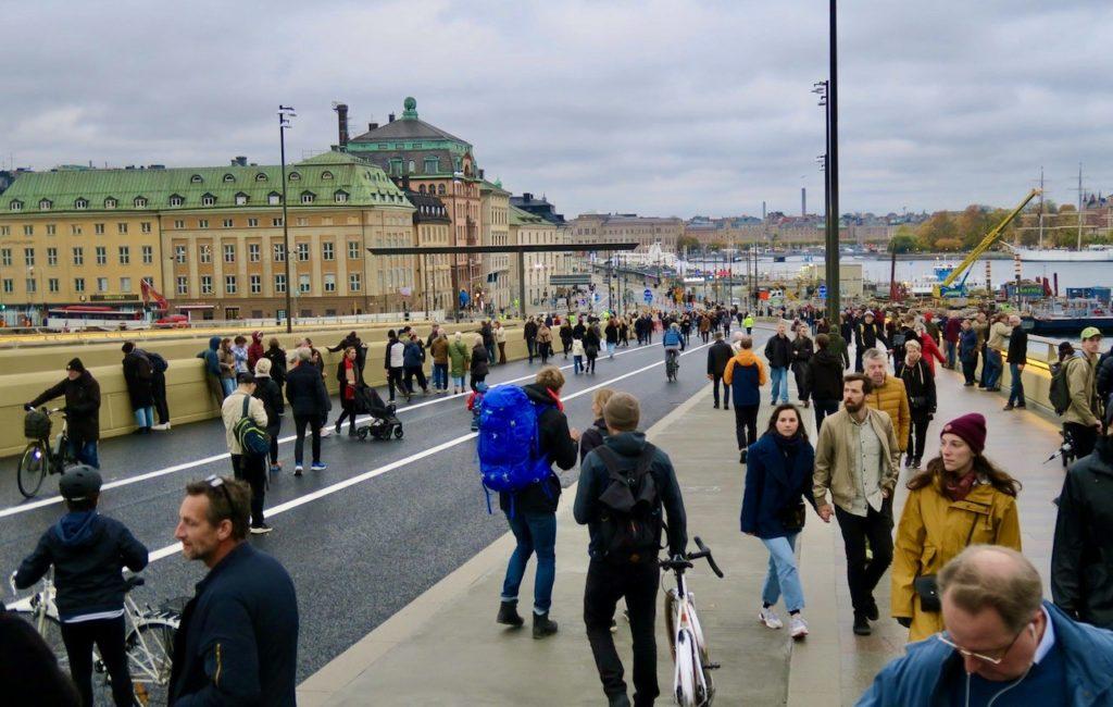 Slussenområdet. Dagens invigning av Guldbron lockade många att ta en premiörrunda.
