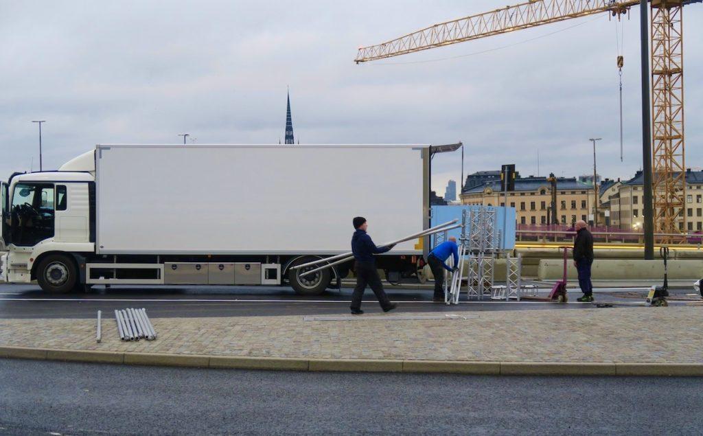 Stockholm. Slussenområdet. Dagens invigning är över och man håller på att plocka bort avspärrningarna.