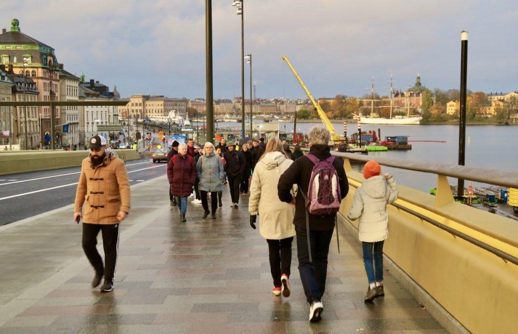 Stockholm. Slussenområdet. En repris blrv det att gå över den nya Slussenbron/Guldbron. Men nu med fordonstrafik påsläppt.