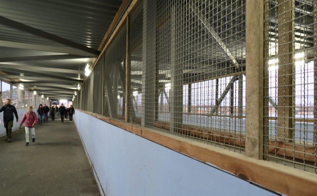 Stockholm. Slussenområdet. Efter trapporna kommer en lång korridor och efter den blir det repris av trappor som leder ner till kajen.