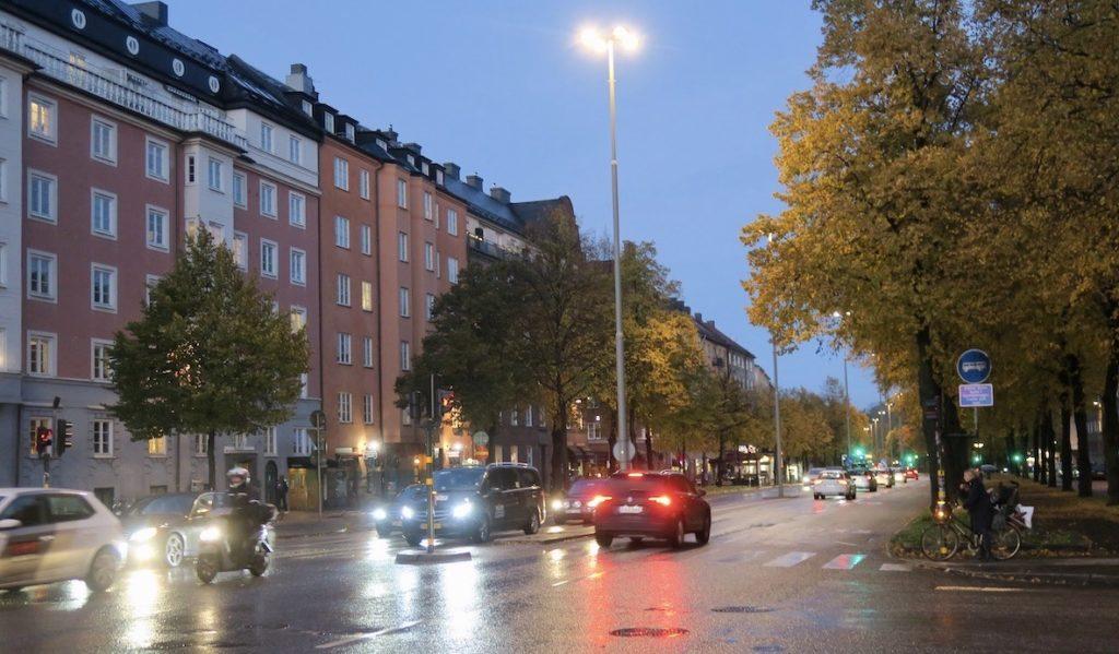 Stockholm. Södermalm. Korsningen Ringvägen och Östgötagatan. Ljus och mörker samsas fint