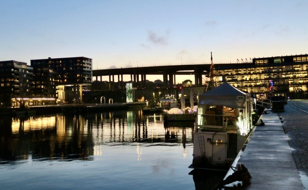 Stockholm. Södermalm. Norra Hammarbyhamnen. Ljus och mörker som kompletterar varandra. Och vackert är det.