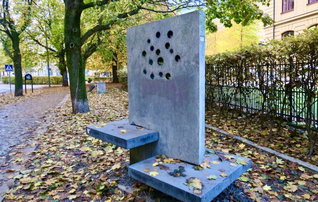 Stockholm. Södermalm. Katarina Bangata. En allé, en skola och en sittplats.