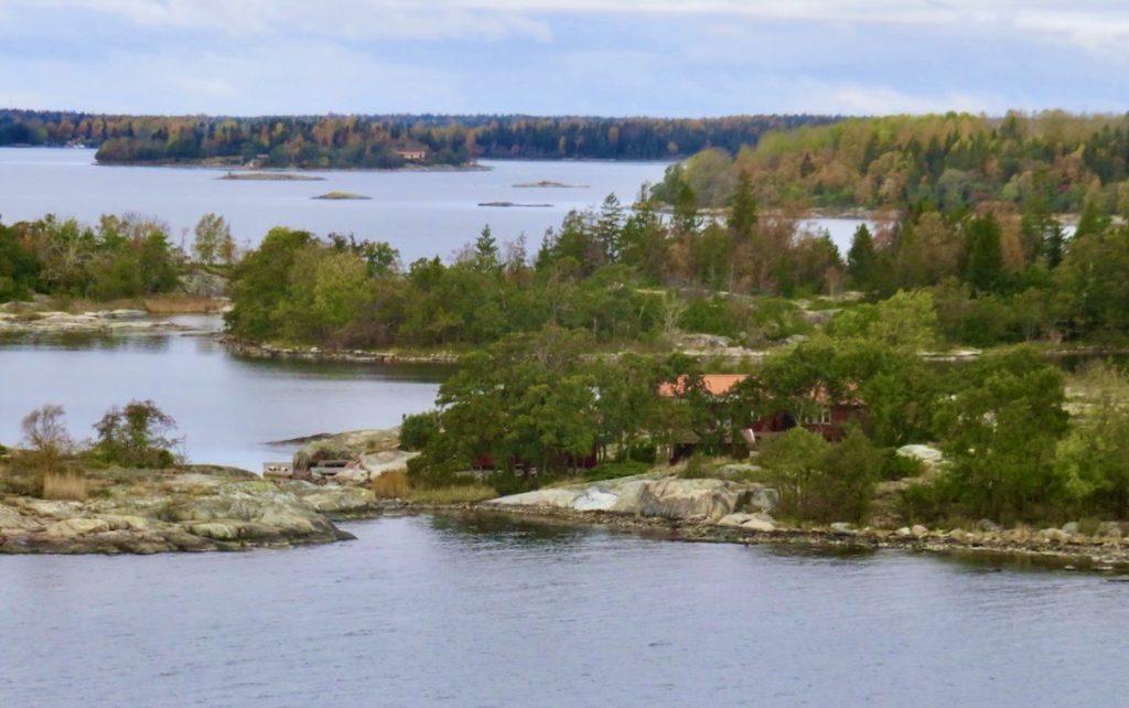 Stockholms norra skärgård. Kapellskär. Här kommer öar med viss känsla av höstskärgård.