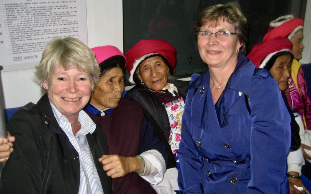 Peking. Mitt i denna smet av bykvinnor från södra KIna befinner vi oss.