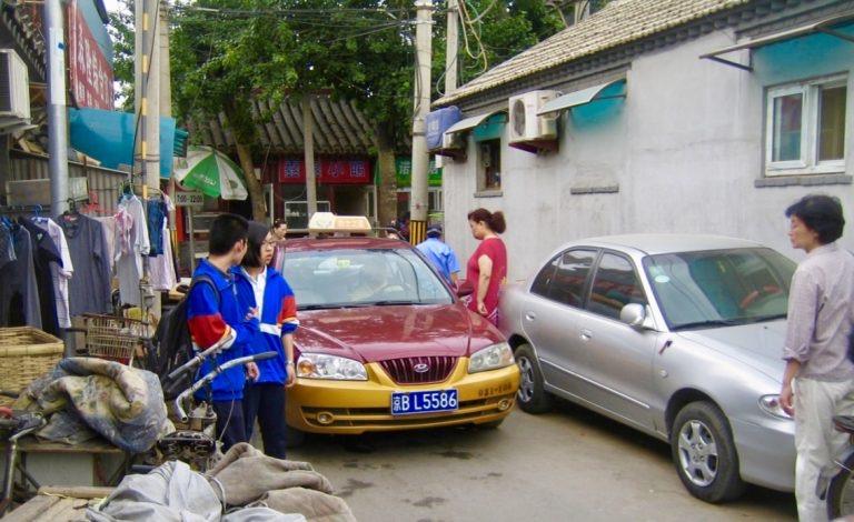 Peking. Inland är det trånt om utrymmet men det går oftast att klämma sig förbi.