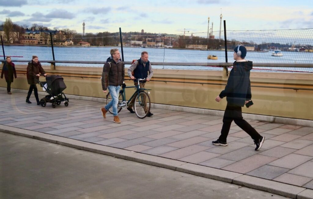 Stockholm. Har på promenaden från City till Södermalm nått Guldbron - Slussbron.
