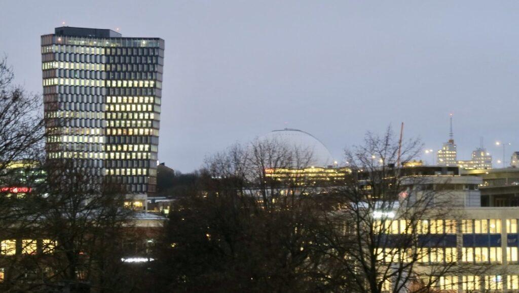Stockholm. Södermalm.Norra Hammarbyhamnen. Ett annat landmärke i mina hemmakvarter som kommit till på senare tid är skyskrapan Stockholm New med sina 28 våningar.