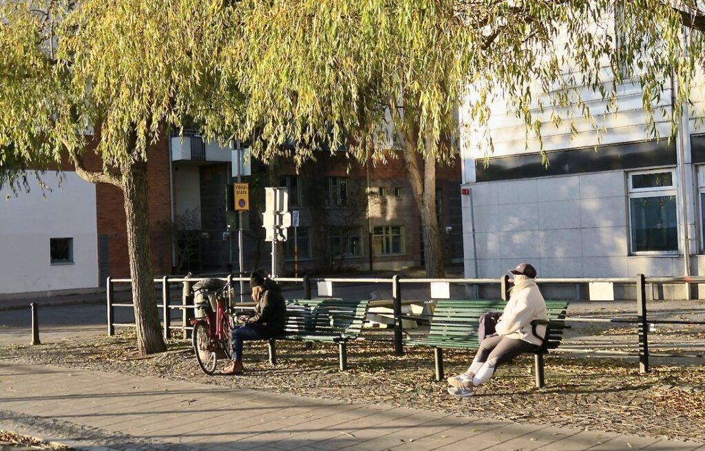 Stockholm. Södermalm. Norra Hammarbyhamnen. En skön stind i solen men med avstånd.