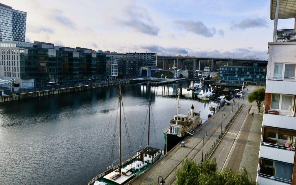 Stockholm. Södermalm. Norra Hammarbyhamnen. Och visst ser det ut att finnas hopp för fint väder idag.