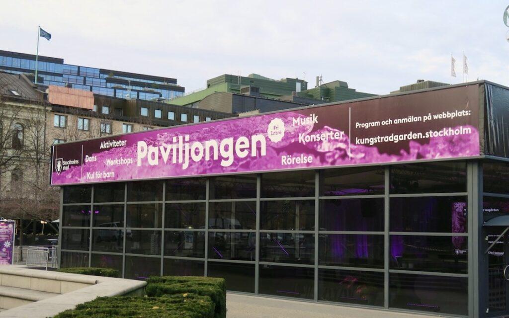 Stockholm. Kungsträdgården. När jag var på gång i Stockholm, mot varuhusets NK:s julskyltning passerade jag den nya byggnaden, Paviljongen.