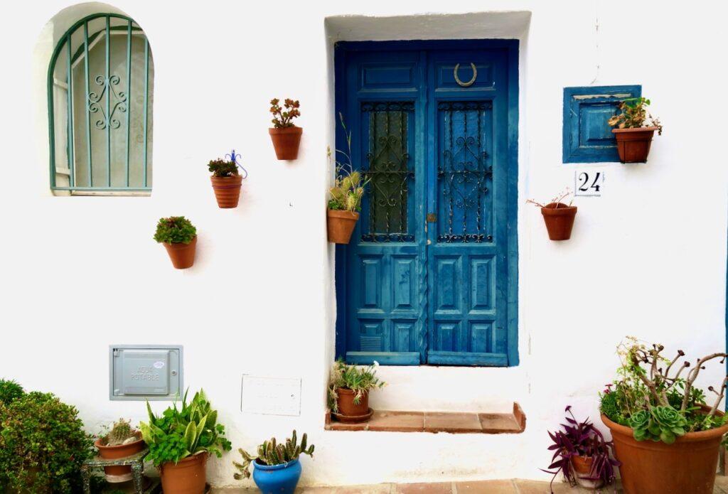 Södra Spanien och byn Frigiliana. De färger som går igen här i byn är mycket blått och vitt och med gröna inslag.