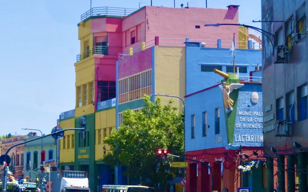 Argentina. Buenos Aires och stadsdelen La boca. Gott om hus i olika färger kännetecknar området,