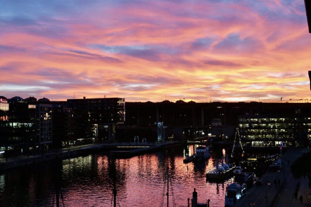 Stockholm. Södermalm. En strålande höstdag övergår till en rosa skymning och senare en vacker kväll.