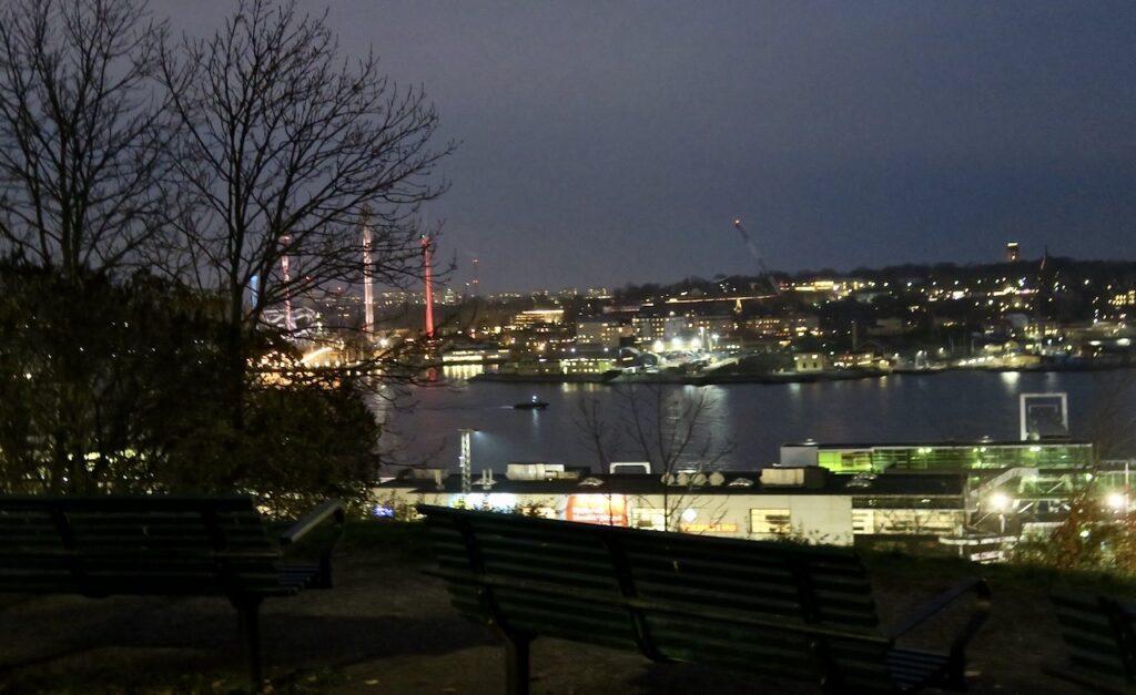 Stockholm. Södermalm. Åsöberget. Sen eftermiddag. Vy mot Djurgården.