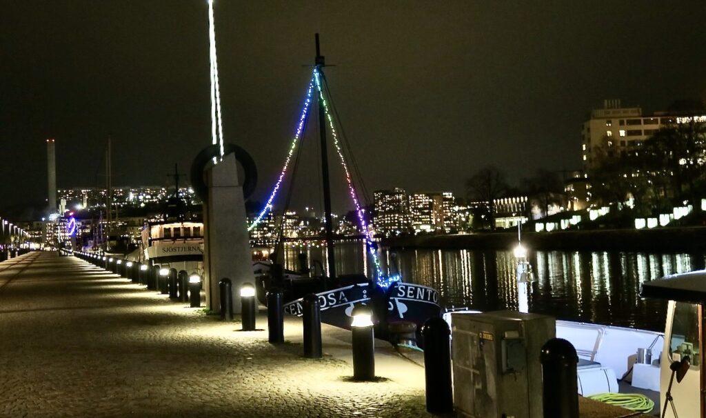 Stockholm. Södermalm. Norra Hammarbykajen. Tidig kväll/sen efetrmiddag och alla ljus ger ett vackert skimmer.