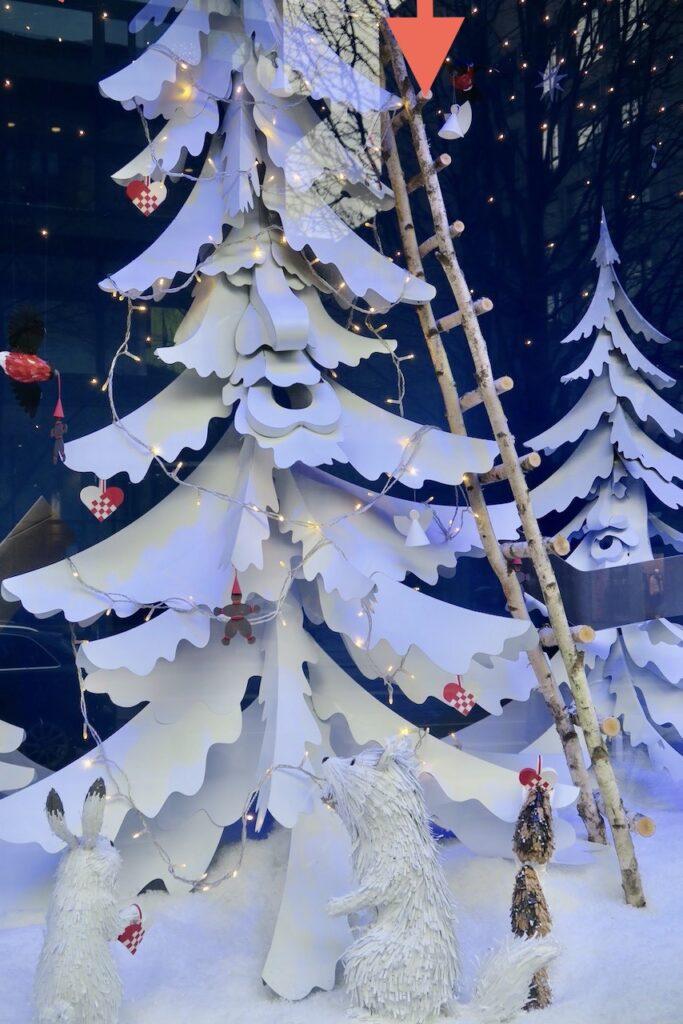 Stockholm. NK. Julskyltning. Granen här i temat Vintersaga är tillverkad av överblivna presentförpackningar.