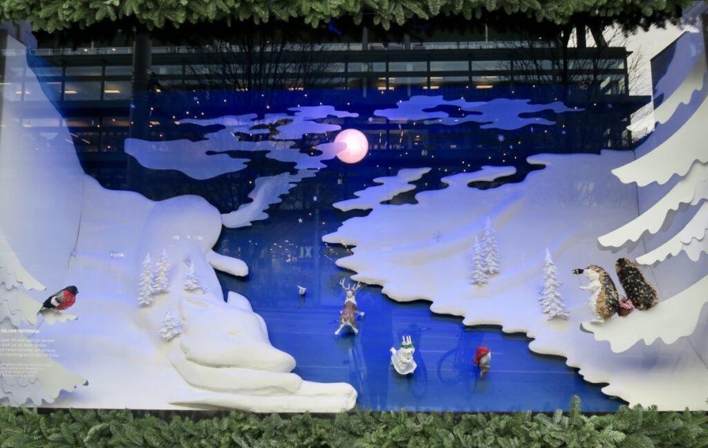 Stockholm. Nk. Visst framgår det i julskyltningen att det handlar om en vintersaga.