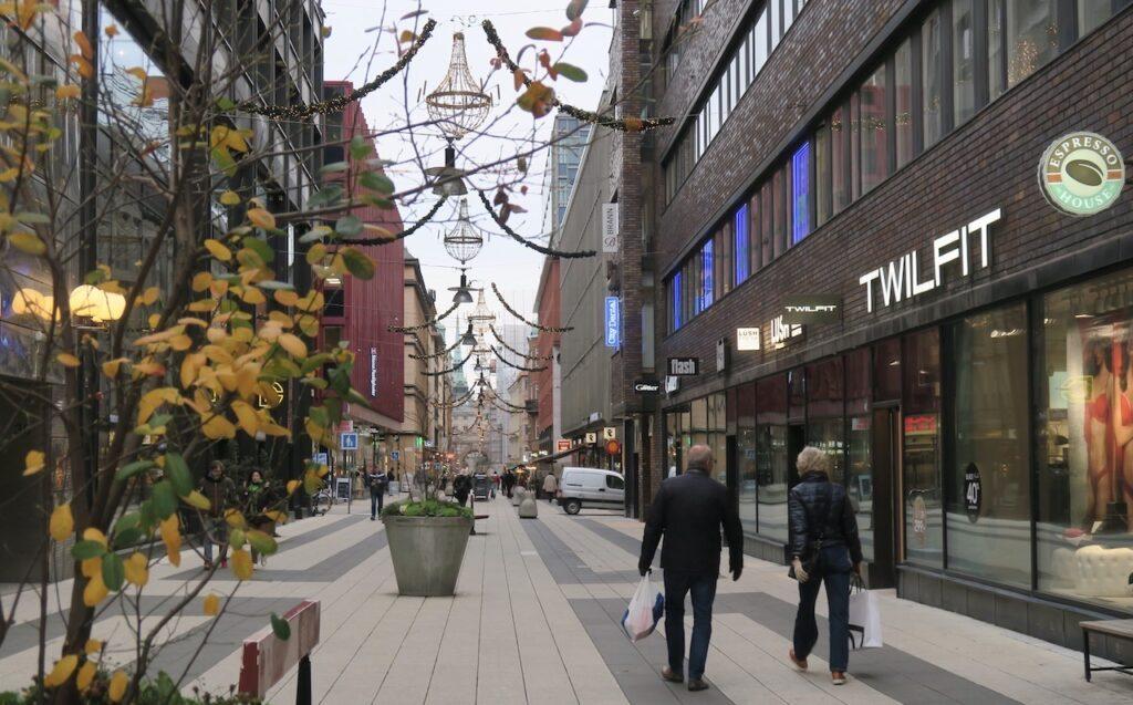 Stockholm. På gång från City till Södermalm Drottninggatan låg tämligen öde.