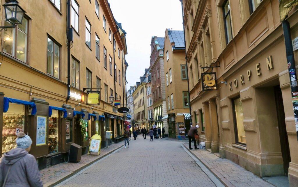 Stockholm. Gamla stan. Västerlånggatan. Och jag är på väg från City till Södermalm.