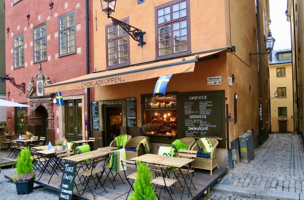 "Väldigt lite på gång i Stockholm. Gamla stan. Stortorget,Restaurang ""Chokladkoppen"" ligger öde."