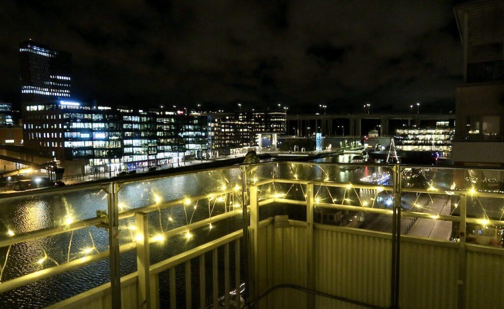 Stockholm. Södermalm. Norra Hammarbyhamnen. Vackert upplyst och än finare med vår balkongbelysnig.