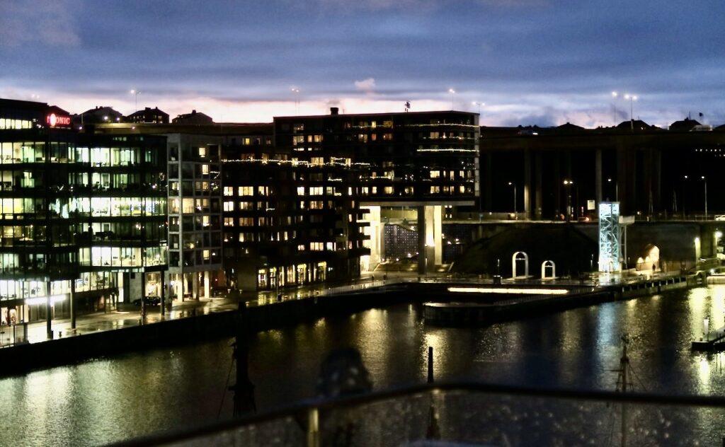 Stockholm . Södermalm. Verkligen upplyst runt Hammarbykanalen . Här är det ljusen i Fredriksdalsområdet som speglar sig i vattnet.