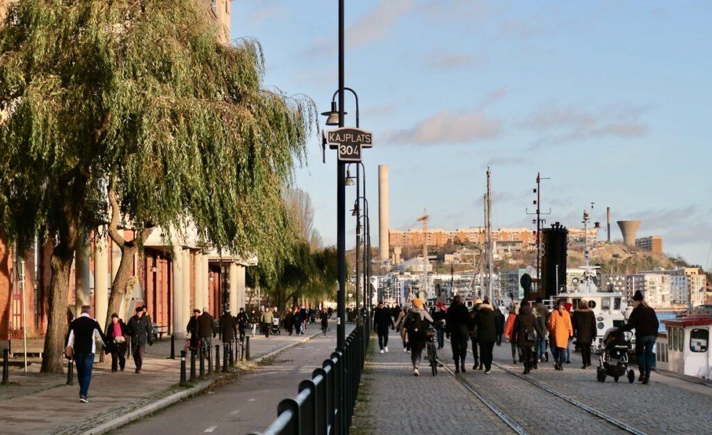 Stockholm . Södermalm. Norra Hammarbyhamnen. Här längs kajen var det både full fart och vila.