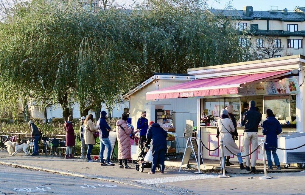 Stockholm. Södermalm. Barnängsbryggan. Kajsas kiosk. Ordning och reda i kön och abständ gäller.