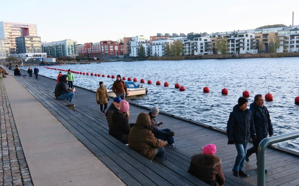 Stockholm. Hammarby sjöstad. Även längs båtbryggorna i Henriksdalshamnen var det folk i både rörelse och vila.Precis som på Södersidan.