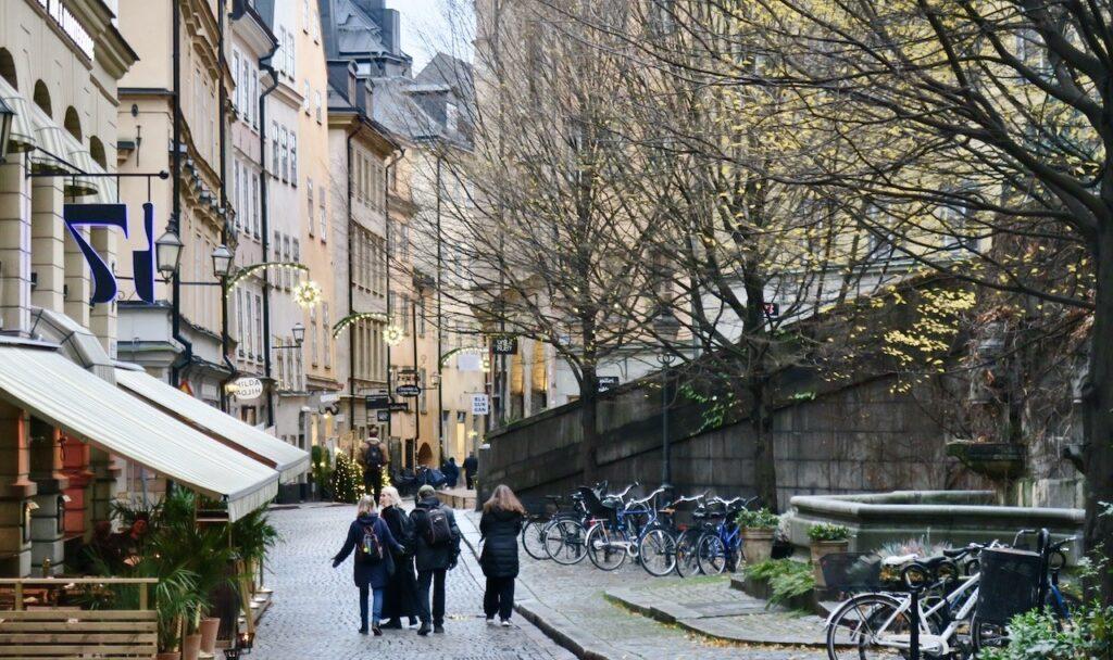Stockholm. Gamla stan. Österlånggatan. Och julbelysningen är på plats och lyser svagt.