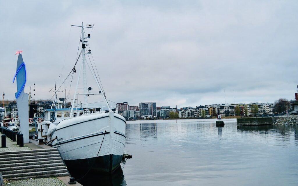 Stockholm. Södermalm. Vatten, husbåtar, grönområden och skulpturer präglar kajen längs vattnet i mina hemmakvarter.